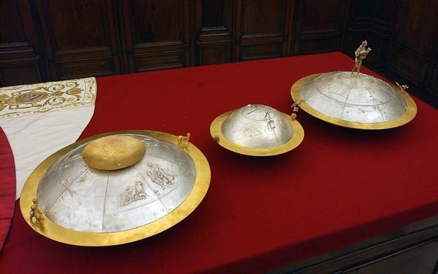 Urnas nas quais vão ser colocados os votos dos cardeais na escolha do próximo Papa (Foto: Reuters/Osservatore Romano)