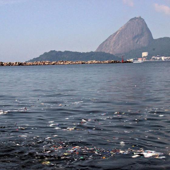 Baía de Guanabara,ainda poluída.A CEDAE dá lucro mas governo não cobra metas claras de despoluição (Foto:   jose lucena/Futura Press)