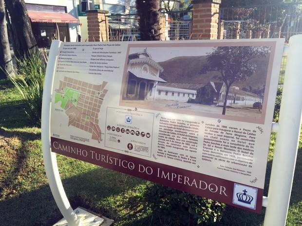 Placas sinalizam caminho feito por Dom Pedro II em Poços de Caldas, em 1886 (Foto: Lara Cristina/G1)