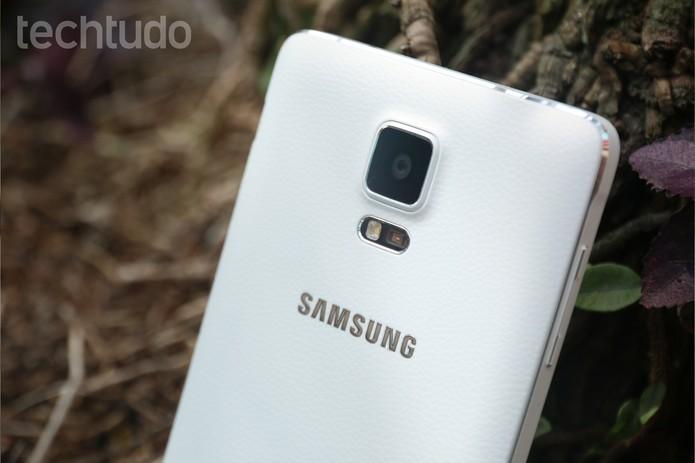 Traseira do Galaxy Note 5 é revestida com couro sintético (Foto: Lucas Mendes/TechTudo)