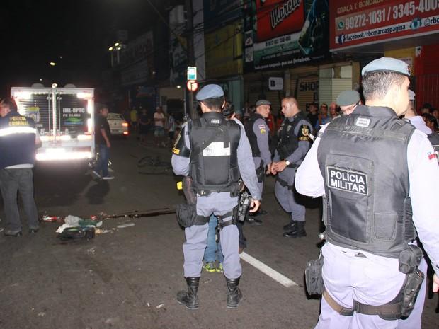 Acidente aconteceu na Av. Grande Circular. Motorista do micro-ônibus está foragido (Foto: Gabriel Machado/G1 AM)