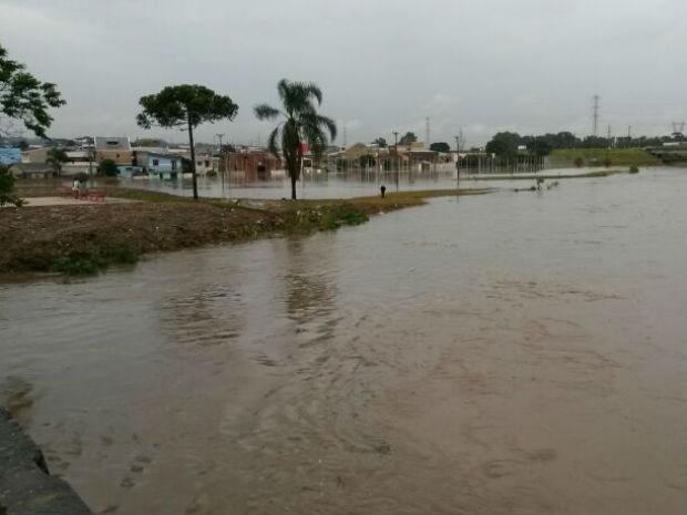 Rio Barigui subiu, invadindo as casas da Cidade Industrial de Curitiba (Cic) (Foto: Luiz Fernando Martins/ RPC TV)