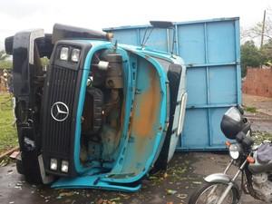 Veículos tombaram com a força do vento (Foto: André Manchini/Cedida)