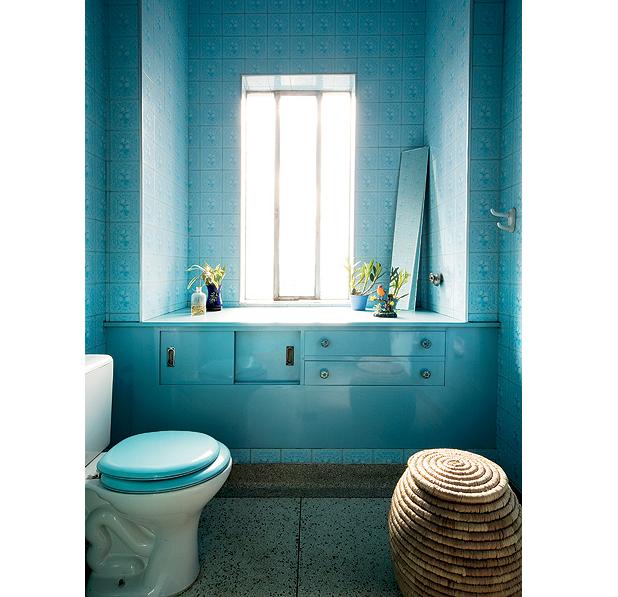 Lâmpadas azuis enfatizam a cor original dos acabamentos do banheiro totalmente retrô. Casa do artista plástico e fotógrafo Felipe Morozini (Foto: Maíra Acayaba/Casa e Jardim)