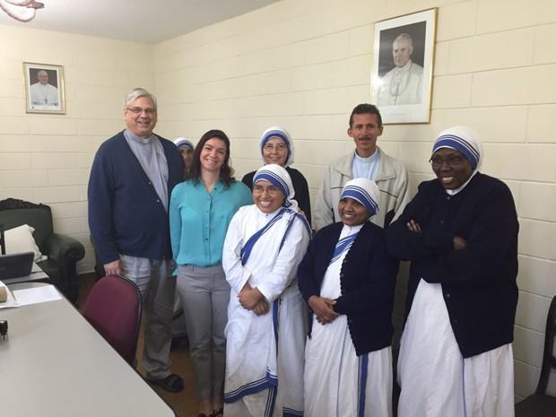 Médica Monica, padre Caetano e irmãs da caridade que moram em Santos (Foto: Monica Mazzurana/Arquivo Pessoal)