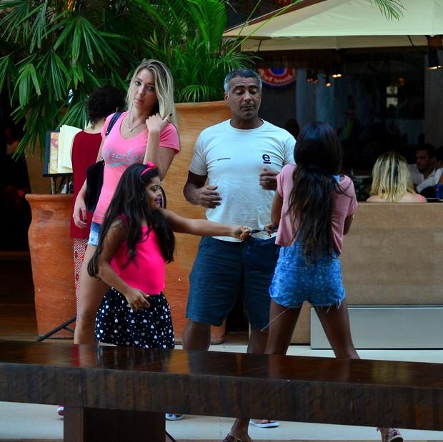 Romário e família (Foto: William Oda/ Ag. News)