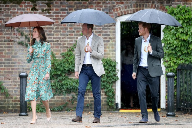 LONDON, ENGLAND - AUGUST 30:  (L-R) Catherine, Duchess of Cambridge, Prince William, Duke of Cambridge and Prince Harry are seen during a visit to The Sunken Garden at Kensington Palace on August 30, 2017 in London, England.  The garden has been transform (Foto: Getty Images)