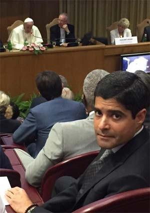 Prefeito de Salvador, ACM Neto, faz selfie durante conferência com o Papa Francisco (Foto: Reprodução/ Twitter/ ACM Neto)