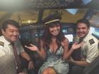 Carol Nakamura 'invade' cabine de avião e posa com pilotos