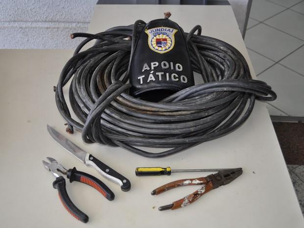 Foram encontrados 30 quilos de fios de cobre com o suspeito (Foto: Divulgação/Darlei Antonio)