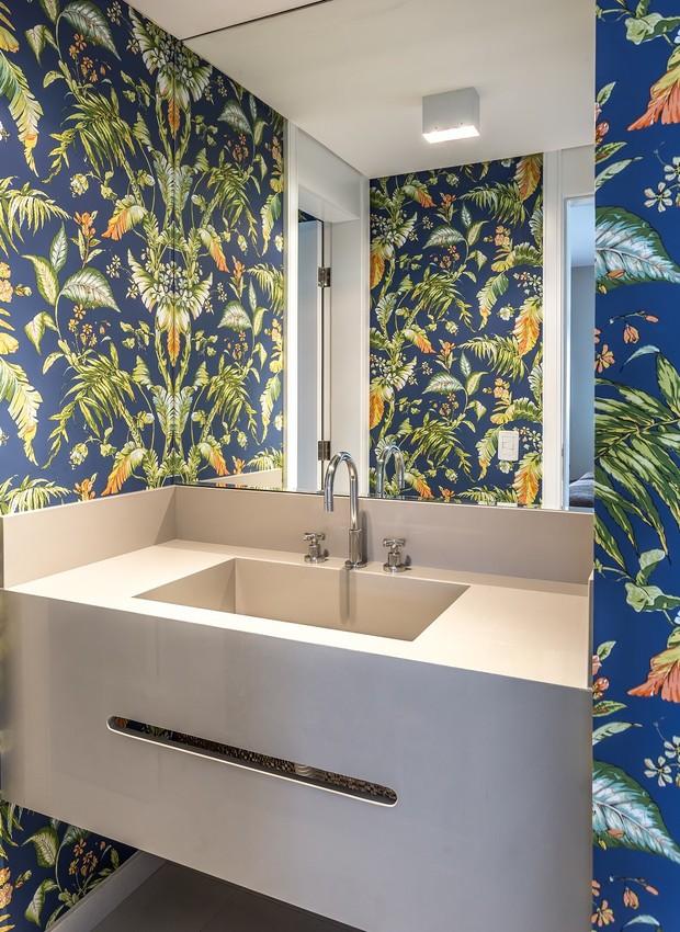 lavado-papel-de-parede-florido-tropical-colorido-azul (Foto: Eduardo Macarios/Divulgação)