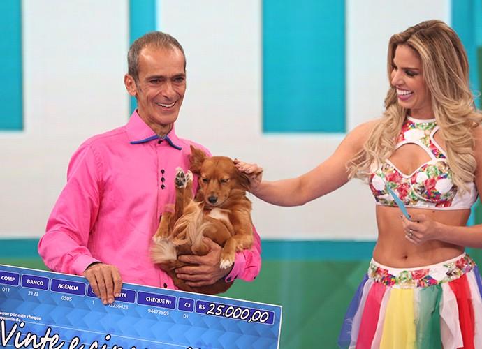 Toninho e cadela Rica ganham R$25 mil no Se Vira Nos 30 (Foto: Carol Caminha / Gshow)