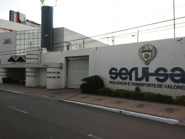 Empresa foi roubada neste domingo por grupo com 20 homens (Foto: Gil Oliveira/ Tv Clube)