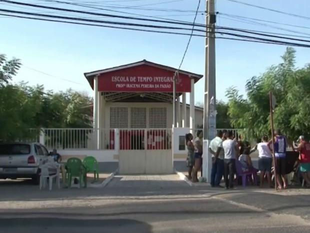 Pais fazem fila para matricular filhos em escola na Bahia (Foto: Reprodução / TV Bahia)