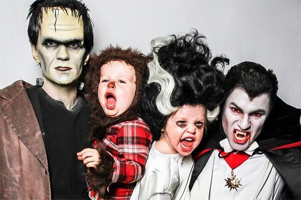 O ator Neil Patrick Harris, de 'How I Met Your Mother', é desses que se empenham - e muito - em suas fantasias do Halloween. E faz questão de envolver toda a família! Em 2013, ele, o parceiro e os filhos se vestiram de família monstro. (Foto: Reprodução/Instagram)