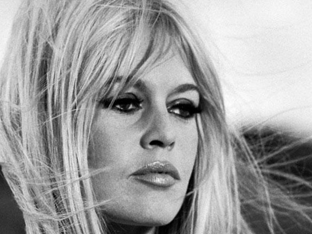 O sexy apple de Brigitte Bardot, nos anos 60, era expressado através das sobrancelhas longas, com um leve arqueado. O que levantava o olhar e valorizava os olhos grandes  (Foto: getty images)