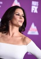 Catherine Zeta-Jones, aos 47 anos, arrasa com fenda em evento nos EUA