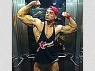 Felipe Franco faz pose para mostrar músculos e choca com veias saltadas