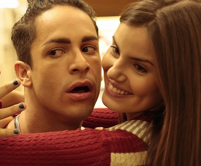 Camila Queiroz e Rainer Cadete lacram para as câmeras (Foto: Alessandra Albuquerque/ Gshow)