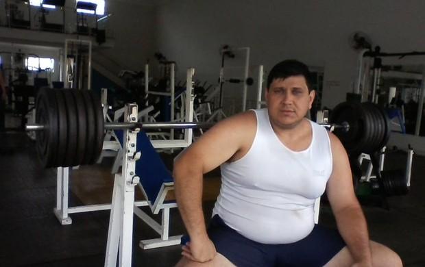 Padre Evandro pega pesado no supino: são 120 kg na série (Foto: Arquivo Pessoal)