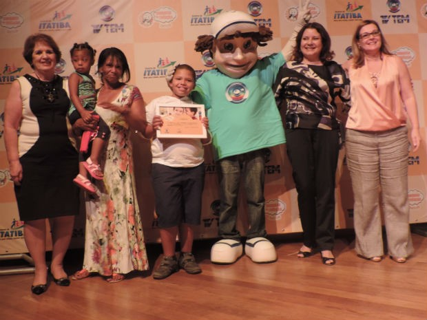 Richard, de 8 anos, levou o prêmio de melhor desenho (Foto: Ana Paula Yabiku/G1)