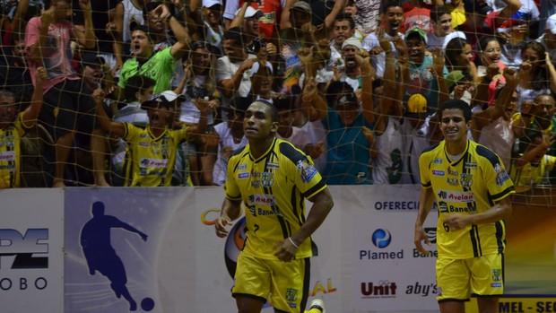Mardnei comemorando o 2 a 1 (Foto: Thiago Barbosa/GLOBOESPORTE.COM)