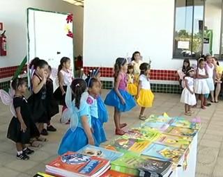 Crianças se presentaram com esquetes, dança e declamação de poemas (Foto: Reprodução RJTV 1ª Edição)