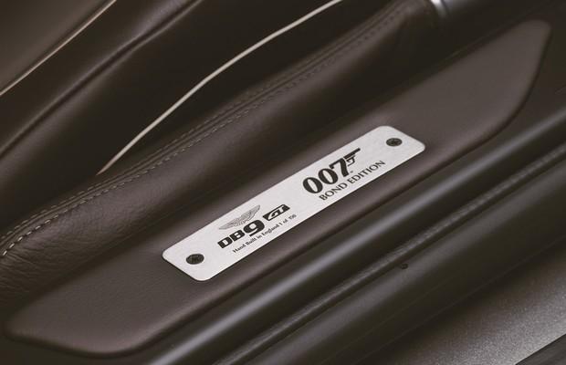 Emblema especial que identifica o Aston Martin DB9 GT Bond Edition (Foto: Divulgação)
