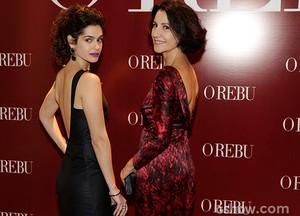 Maria Flor e Cassia Kis Magro posam juntas na entrada da festa (Foto: Fábio Rocha/TV Globo)