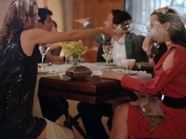Pri e Inês fazem guerra de comida durante jantar (Foto: Além do Horizonte/TV Globo)