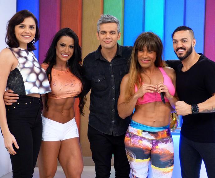 Gracyanne Barbosa e Belo posaram ao lado de Monica Iozzi, Otaviano Costa e Carol Paixão (Foto: Cristina Cople / Gshow)
