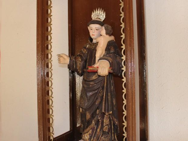 Imagem barroca de Santo Antonio que integrou o altar da primeira capela de Campo Maior no Piauí (Foto: Patrícia Andrade/G1)