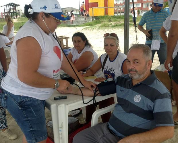 José Augusto aproveitou para conferir como estava a pressão arterial (Foto: Divulgação/RPC)