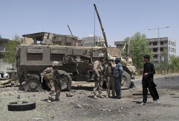 Agentes da Otan são vistos em local de ataque no Afeganistão nesta quarta-feira (28) (Foto: Abdul Malik/Reuters)