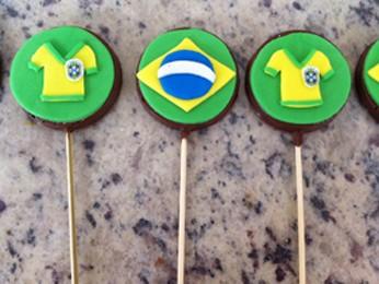 Pirulitos de chocolate com tema Copa do Mundo feitos pela mãe do brasiliense Alex Xavier (Foto: Juliana Xavier/Divulgação)