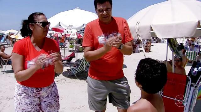 Voluntários ajudam crianças perdidas nas praias com as palmas (Foto: Reprodução/TV Tribuna)