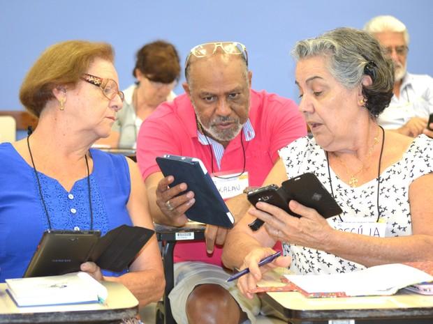 Curso conta com seis voluntários que ajudam na aproximação dos idosos com celulares (Foto: Carol Malandrino/G1)