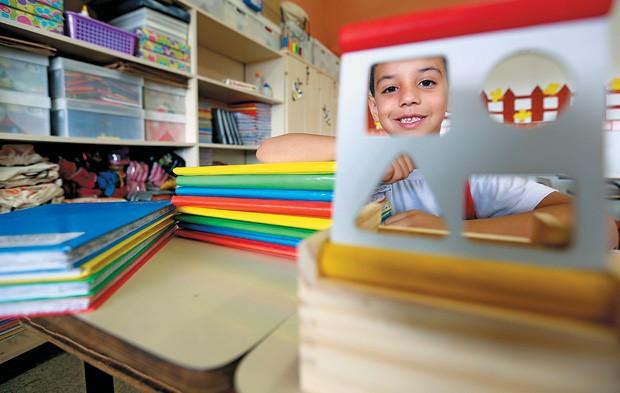 PRIVILÉGIO Isaac Sobral em sua classe, no Colégio Militar Dom Pedro II, de Brasília. Aos 6 anos, ele é um caso ainda raro: sabe ler, escrever e fazer contas básicas (Foto: Celso Junior/ÉPOCA)