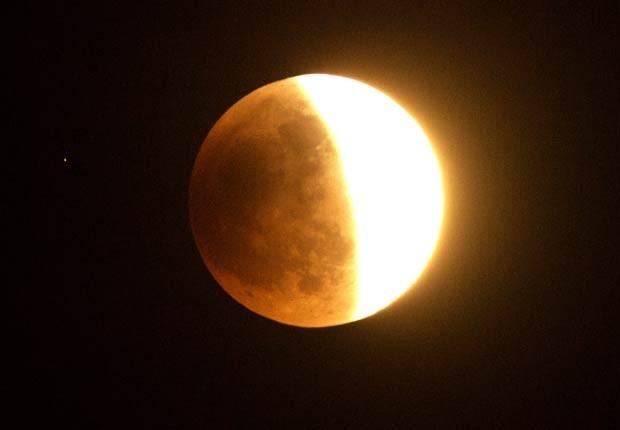 Lua é vista em meio ao eclipse lunar, observada de Los Angeles, no sul da Califórnia (Foto: Joe Klamar/AFP)