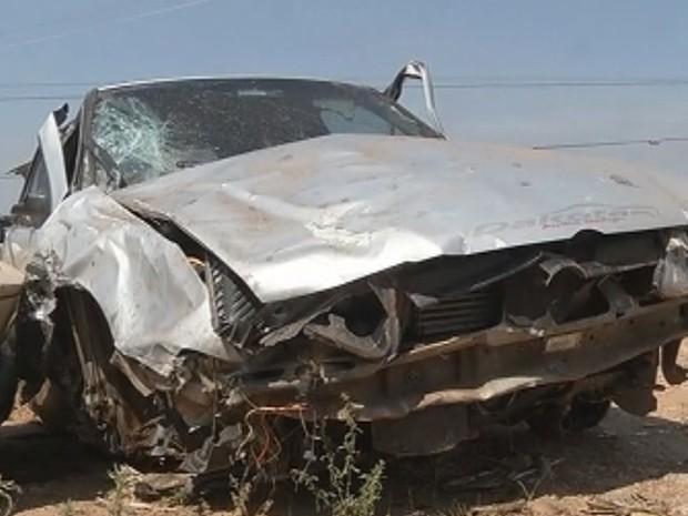 Carro ficou destruído após o capotamento na rodovia  (Foto: Reprodução / TV TEM)