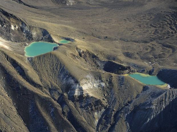 O Mount Tongariro tem lagos cor de esmeralda (Foto: Wolfgang Fuchs / Bilderberg/ AFP)