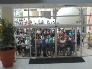 Antes da abertura, competidores já aguardavam do lado de fora do shopping (Foto: Diogo Marques/G1)