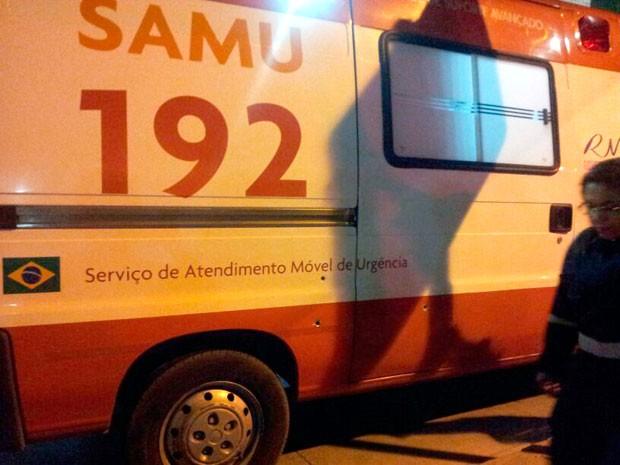 Ambulância do Samu foi intgerceptada na BR-304; três tiros atingiram a lataria do veículo (Foto: Muriu Mesquita/G1)