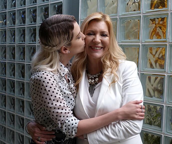 Branca ganha beijo carinhoso de Sophia Abrahão (Foto: Cristina Cople / Gshow)