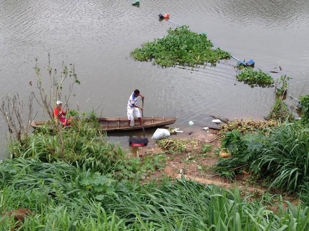 Dragueiros percorreram o rio e encontraram outros sacos com partes do corpo (Foto: Gilcilene Araújo/G1)