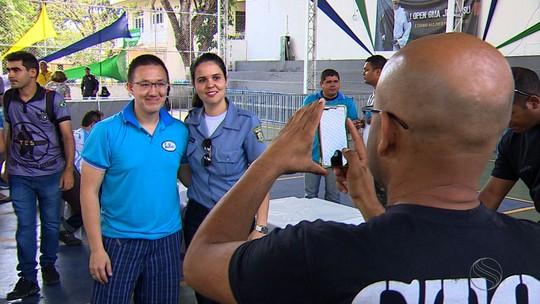 Medalhista olímpico, Felipe Wu visita torneio de tiro esportivo em Aracaju