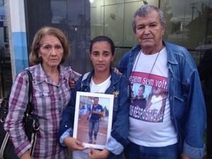 Mãe, esposa e pai do professor Stef Pinheiro, na frente do IML de Porto Velho.  (Foto: Suzi Rocha/G1)