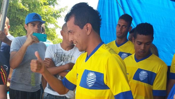 Meia Didira recebeu um barquinho do CSA de presente  (Foto: Augusto Oliveira / GloboEsporte.com)