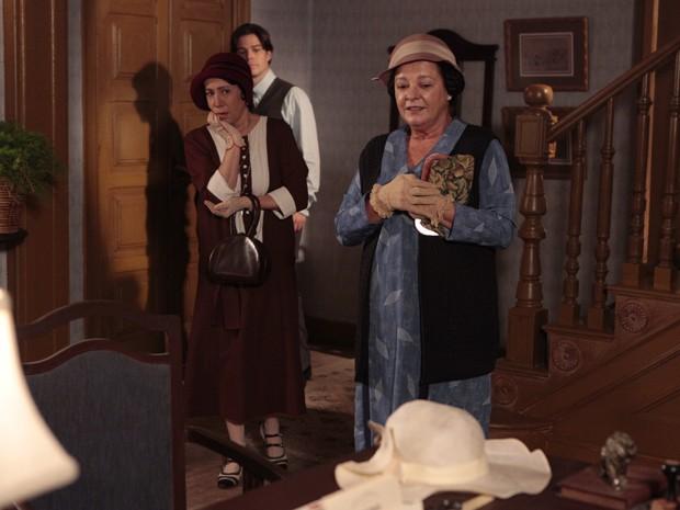 Florzinha vê o chapéu de Sinhazinha (Foto: Gabriela / TV Globo)