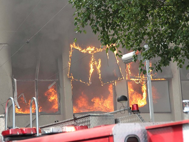Um incêndio atingiu um galpão comercial na Mooca, na Zona Leste de São Paulo, na manhã desta quarta-feira (31). (Foto: Eduardo Hernandes/Futura Press)